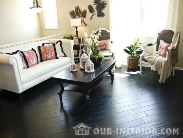 интерьер гостиной с темным полом фото